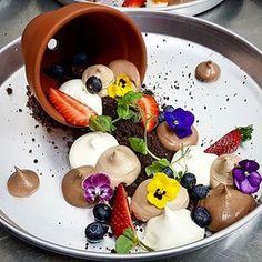 Doce criatividade por @aviad_furman Deslize pra esquerda pra inspirar sua cozinha, seus olhos ou seu estômago. Alma é o tempero do negócio que fala né @vanessahuguinin ? . . . #fomededetalhes #dessert #patisserie #chef #gastronomia #chef #sobremesa #doce #foodie #foodse