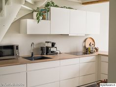 When California-based couple Sabrina and Brion Applegate found their Upper East Side pied-à-terre filled with dull staging furniture, they called Homepolish's Ariel Okin for help. Cosy Kitchen, New Kitchen, Kitchen Dining, Kitchen Cabinets, Kitchen Ideas, Dining Room, Staging Furniture, California Cool, Little Houses