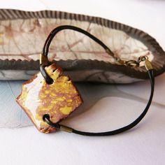 """Bracelet céramique et cuir """" carré dentelle """", faïence artisanale, pièce unique jaune d'or et rose foncé,fait main"""