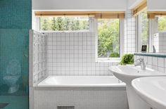 Badrum med dusch och badkar