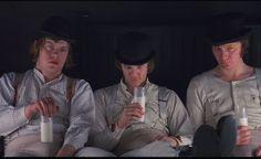 LARANJA MECÂNICA   Direção: Stanley Kubrick Ano:1971 País: Inglaterra Gênero: Drama, Ficção científica, Policial, Thriller Duração:136 min. / corTítulo Original: A Clockwork Orange   Mostra uma Londres do futuro, onde um jovem lidera uma gangue de delinqüentes, drogados, violentos e estupradores, anti-leis. Quando volta para a sociedade, regenerado na prisão, passa a sofrer com aqueles que antes eram suas vítimas.