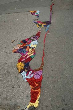 Yarn bombing, yarnstorming, guerrilla knitting, urban knitting or graffiti knitting is a type of graffiti or street art that employs colorful displays of knitted or crocheted cloth rather than paint or chalk. THIS IS AWESOME. Yarn Bombing, Kintsugi, Graffiti Artwork, Street Art Graffiti, Urban Graffiti, Land Art, Guerilla Knitting, Collage Kunst, Art Intervention