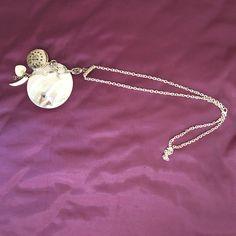 Colgante de madreperla con diversos abalorios y reloj 45€