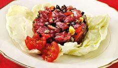 """Ingredienti: 500 g filetto di tonno fresco50 g capperi50 g olive denocciolate1 mazzetto di prezzemolo100 g pinoli1 limoneolio extraverginesale e pepeinsalata mistaTritate grossolanamente i capperi con le olive, i pinoli ed il prezzemolo. Tagliate a fette il tonno che deve essere freschissimo e con l'aiuto di un coltello affilato tritatelo fino ad ottenere una """"tartare"""".Mescolate…"""