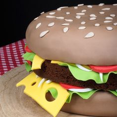 What food does daddy love most? A hamburger of course! Surprise yours at Father's Day with this Hamburger cake. Hamburger Cake, Hamburgers, Diy For Kids, Special Day, Cake Recipes, Cake Decorating, Daddy, Father, Cupcakes