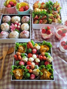 a very nice picnic spread Japanese Lunch, Japanese Kitchen, Japanese Food, Lunch Box Bento, Bento Recipes, Aesthetic Food, Food Presentation, Food Photo, Buffet