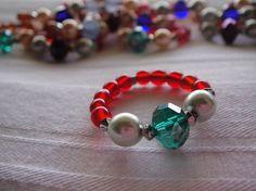 キラキラと輝くスワロフスキーのビーズでアンティークな雰囲気の美しいリングを作りました♪こちらのお色はスワロ緑、パール薄緑、リング赤になります。 センターのスワ...|ハンドメイド、手作り、手仕事品の通販・販売・購入ならCreema。