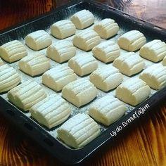 Un kurabiyelerimiz pişti paketlendi teslim edildi. Zehra hocama ve yiyenlere afiyet olsun.. Sipariş için dm den ulaşabilirsiniz.. Denemek isteyenler için tarifi ekliyorum Malzemeleri 200 gr. oda sıcaklığında margarin 1 su bardağı pudra şekeri 3 su bardağı un Hazırlanışı Margarin ve pudra şekeri iyice karıştırılır azar azar un ilave edilerek hamurumuz hazırlanır. On dakika buzdolabında dinlenmeye bırakılır. Hamurumuzu beş parçaya böldüm. Her parçayı uzun bir rulo yapıp üzerini çatalla çiz...