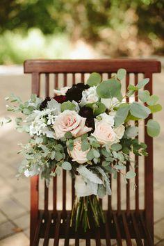 Rustic wedding bouquet with ivory and burgundy flowers - Photo: Elizabeth Bristol | Fall bridal bouquet | #weddingbouquqet #bouquet #weddings #weddingideas #weddinginspiration #flowers #weddingflowers #bridal #bridalbouquet #rustic #rusticwedding #burgundy
