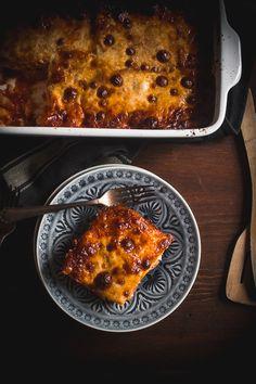 Από τη μια έχεις την αγαπημένη σου συνταγή για ογκρατέν πατάτας, αυτή στην οποία ανατρέχεις σε κάθε τραπέζι, και από την άλλη, τη θεά της ιταλικής κουζίνας. Curry, Pizza, Potatoes, Cooking, Ethnic Recipes, Food, Gratin, Kitchen, Curries
