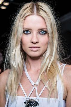 Ice blond é tendência em cabelos loiros para a temporada de outono-inverno