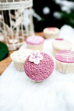 photo: Vanessa Badura, Baking: coucoubonheur, Fondant Cupcakes, berry color