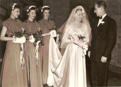 a christmas wedding 1940s Wedding, Vintage Wedding Photos, Vintage Weddings, Vintage Bridal, Wedding Pictures, Vintage Photos, Wedding Parties, Wedding Hats, Wedding Attire