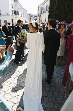 Inés y su Espectacular Vestido de Valenzuela | Ynosfuimosdeboda Modest Wedding Dresses, Wedding Dress Styles, Bridal Dresses, Elope Wedding, Wedding Bride, Boho Wedding, Wedding Gown Cleaning, Fantasy Wedding, Bride Look