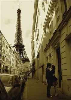 Paris city of love. Montmartre, Eiffel Tower, Gardens of Paris. Paris Couple, Gustave Eiffel, Little Paris, Paris Love, Paris Paris, Paris City, Paris Ville, Photo Couple, Vacation Spots