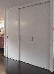 kast onder trap met gesloten deuren