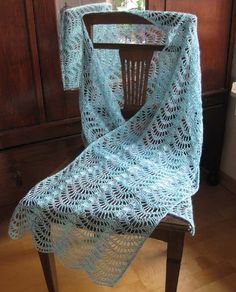 Lacy Feather & Fan Wrap This crochet pattern / tutorial is available for free... Full post: Lacy Feather & Fan Wrap