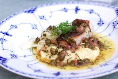 Skindstegt torsk med blomkålpure og kaperssauce.