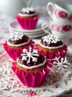 Runebergin torttu tunnetaan lieriön mallisesta muodostaan, mutta Runebergin päivää (5.2.) voi juhlistaa myös muffinsseilla. Ne ovat helppotekoisia ja onnistuvat hyvin myös gluteenittomina. Oma Runebergin torttu -ohjeeni perustuu piparkakkujen käyttöön, mutta gluteenittomia pipareita ei kannata muffinsseja varten hankkia, vaan tuoda rakenne ja maku muuta kautta: mantelilastuista ja mausteista. Kostutuksessa perinteisesti käytetyn punssin voi korvata sitruunamehulla, joka […]