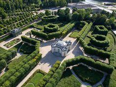 Domaine du Petit Trianon, à Versailles: le Pavillon français. On distingue sur la première photo, en haut à droite, le château du Grand Trianon.