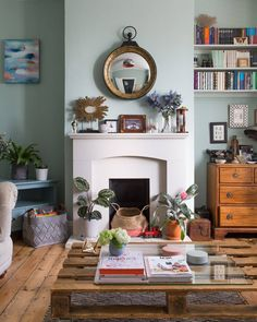 to home decor apartments Sage Green Is the New Neutral You Need to Know About Wie mit Salbei grün in Ihrem Haus dekorieren Wohnung Therapie Sage Green Paint, Sage Green Walls, Sage Color, Apartment Therapy, Apartment Ideas, London Living Room, Bright Decor, Living Room Green, Living Rooms