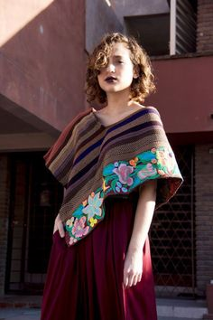 Quexquémitl tejido en telar de cintura y bordado de flores a máquina. Ventas, dudas e informes SOLO en: Sit Luch Arte Textil