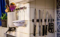 Tendência, os ímãs são usados na parede para manter as facas organizadas, além de decorar a cozinha. (créditos: Elisa Mendes)