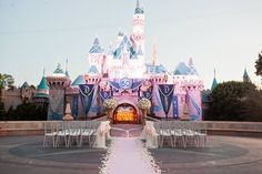 Sabia que é possível fazer seu casamento na Disney? Clique para ver os pacotes e valores! Na foto, cerimônia em frente ao castelo da Bela Adormecida.