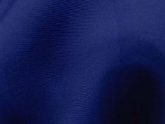Neoprene (Buzz). Malha neoprene com toque suave e boa elasticidade. Excelente para peças de inverno ou de verão, pois ela se ajusta à temperatura do corpo.  Sugestão para confeccionar: Vestidos, calças, leggings, shorts, saias, entre outros.