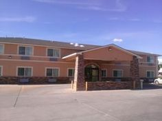 Montrose (CO) Baymont Inn & Suites Montrose United States, North America Located in Montrose, Baymont Inn & Suites Montrose is a perfect starting point from which to explore Montrose (CO). The hotel offers a wide range of amenities and perks to ensure you have a great time. Family room, business center, Wi-Fi in public areas, laundry service, pets allowed are on the list of things guests can enjoy. Each guestroom is elegantly furnished and equipped with handy amenities. The ho...