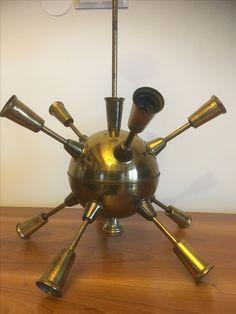 """Żyrandol """"Sputnik"""", """"Mina morska"""", """"Atom"""". Żyrandol, z którym jest problem co do jego pochodzenia i daty wykonania. Raczej lata powojenne (50-te, 60-te ?). Czy to produkt polski?"""