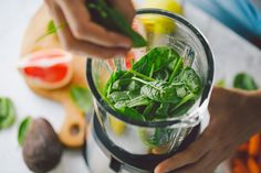Man cooking healthy detox smoothie with fresh fruits and green spinach. Gourmet Breakfast, Healthy Breakfast Recipes, Healthy Cooking, Healthy Recipes, Smoothie Legume, Homemade Sorbet, How To Make Smoothies, Making Smoothies, Best Blenders