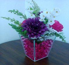 Arranjo com flores artificiais, vaso de vidro e bolinhas de gel pink.