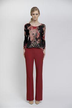 Blusa de malha tie-die com aplicação de strass e calça de crepe vermelha.