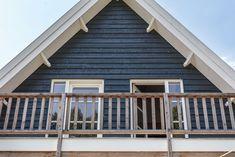 Het balkon op de eerste verdieping aan de achterkant maakt het mogelijk om een veranda te creëren.