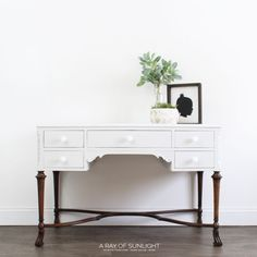 How to Get the Wood Leg Look on Painted Thrift Furniture Finds DIY Wood Furniture Legs, Painted Bedroom Furniture, Shabby Chic Furniture, Furniture Projects, Furniture Makeover, Diy Furniture, Kitchen Furniture, White Furniture, Antique Furniture