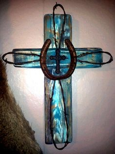 Made this Rustic cross today, took me all of 2 hours. Had to buy the metal cross… Horseshoe Projects, Horseshoe Crafts, Horseshoe Art, Beaded Horseshoe, Horseshoe Ideas, Wooden Crosses, Crosses Decor, Wall Crosses, Barbed Wire Art