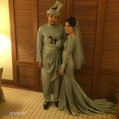I love the songket that the bride is wearing Malay Wedding Dress, Dream Wedding Dresses, Wedding Wear, Wedding Bells, Wedding Gowns, Wedding Wishlist, Groom Looks, Mermaid Gown, Tie Dye Dress