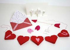 Sag es einfach: I love you! Ein klares Statement kannst Du mit dieser Wimpelgirlande aus Origamiherzen setzen. Lu von Luloveshandmade zeigt Dir, wie einfach sie zu machen ist!