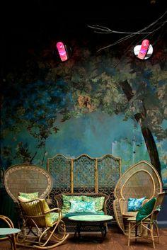 deco7Fresque en collage photo au salon de thé Sketch, à Londres.  Ces clairières intérieures me rappellent aussi la maison des garçons perdus dans Peter Pan… Au fond, je crois que ce qui me plaît c'est le mélange du domestique et du sauvage, qui fait (faussement) irruption là où il ne devrait pas être. Comme un arbre poussant au milieu du salon. http://www.stella-polaris.fr/tag/deco/