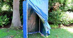 Como fazer uma barraca de banho para acampamento. Acampar pode significar a volta à natureza, mas isso não quer dizer que você queira ficar ao natural na frente de seus colegas. Este box portátil proporciona a privacidade desejada enquanto você está na floresta. Ele é montado em minutos e pode ficar em pé sozinho ou pendurado em um galho de árvore, dependendo da montagem do chuveiro. Ele também ...