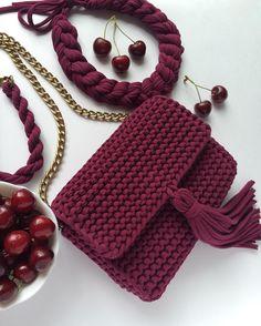 Продана. И еще одну ☺️ Фото без фильтра - только дневное освещение. #onlymyknitting #пряжаspagetti #пряжаспагетти #пряжалента #вязаниеспицами #вязаниеназаказ #вязанаясумка #сумкаручнойработы #хлопок #cotton  #красиваясумка #knit #knitting #handmade #рукоделие #ручнаяработа #аксессуары #сумка #клатч #клатчручнойработы #вязаныйклатч #красивыйклатч #вяжутнетолькобабушки #продамсумку #knittedbag