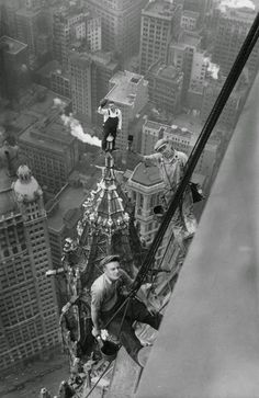 vintage everyday: Unharnessed workers atop the Woolworth Building in New York City, 1926