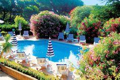 In alle rust, verscholen tussen de pijnboombossen, op slechts 150 m van zee, ligt het hotel Domaine du Calidianus. Deze oude Provençaalse mas is bijna paradijselijk gesitueerd, in een prachtige tuin waar je een zwembad en heerlijke zonneterrassen met comfortabele ligbedden vindt. Het hotel heeft tevens een tennisbaan en voor overige sportieve ontspanning kun je terecht op een van de nabijgelegen golfbanen. Officiële categorie ***