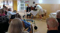Näyttelijät Katja Peacock (vas.) ja keskimmäistä Vera-tytärtä esittävä Maija Siljander eivät paljoa rekvisiittaa tarvitse. Eeva Jääskeläinen vasemalla valkoisessa neuletakissa. Kuva: Miki Wallenius / Yle #Riihimäki