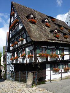 https://upload.wikimedia.org/wikipedia/commons/7/7f/Ulm_-_das_Schiefe_Haus_an_der_Blau.JPG