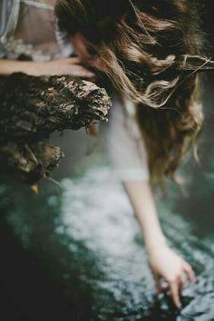 """""""A vida nos ensina, com milhões de tombos diários, que se encolher diante da dor e do medo não nos salva. É preciso alongar a coragem e deixar o peito aberto, nada é mais forte do que a nossa fé de que as coisas podem dar certo."""" (Camila Heloise)"""