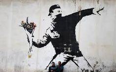 ARTE URBANA. – Banksy apareceu em Jerusalém, em 2003, e produziu um de seus trabalhos mais conhecidos: Atirador de fl ores. Para muitos é um símbolo de paz e esperança em face da adversidade e da destruição. O mascarado está jogando não um coquetel Molotov, mas um ramo de fl ores.