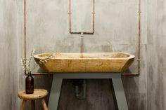 Baño con fontanería exterior en cobre.