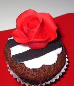 Cupcake zebrato con rosa rossa